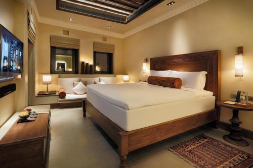A bed or beds in a room at The Chedi Al Bait, Sharjah