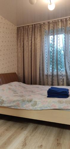 A bed or beds in a room at пограничная, дом 19