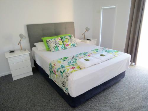 A bed or beds in a room at The Shores Holiday Apartments