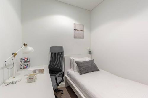 A bed or beds in a room at Peaceful & Friendly apt With Riverside Parkland