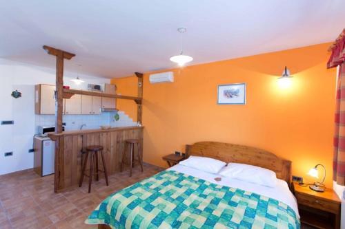 Een bed of bedden in een kamer bij Tourist farm Tonin