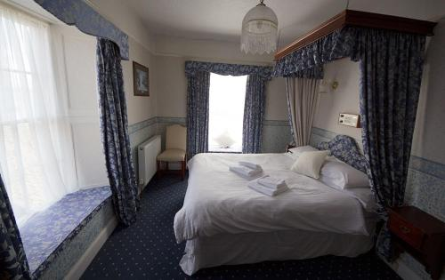 A bed or beds in a room at Union Hotel