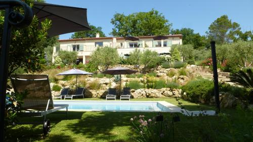 The swimming pool at or near Le Vallon des Oliviers