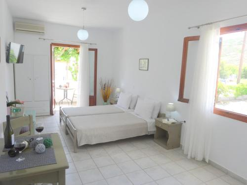 A bed or beds in a room at Kamakaris Rooms
