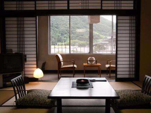 A seating area at Shouhakutei Azumaso