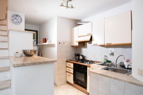 A kitchen or kitchenette at Istay - Appartamenti Sole & Luna
