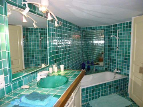 A bathroom at Chambre d'hôtes La Romarine
