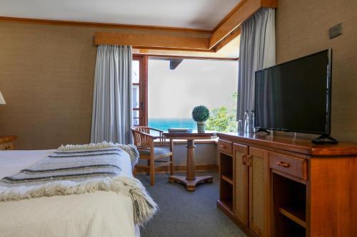 Una televisión o centro de entretenimiento en Hotel Puelche