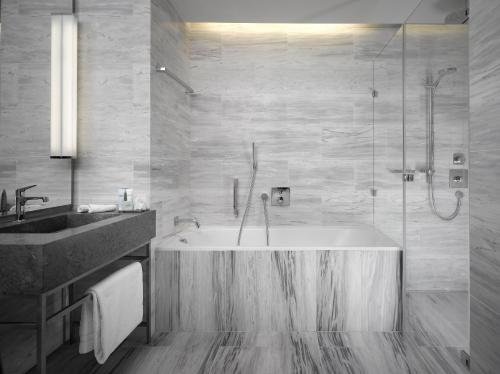 Ванная комната в The Emblem Hotel