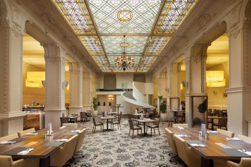 A restaurant or other place to eat at Hotel Nemzeti Budapest - MGallery