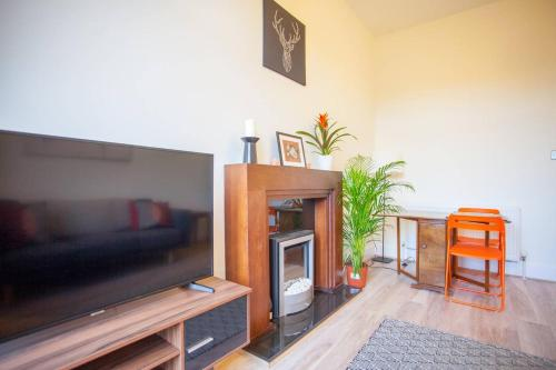 A television and/or entertainment center at Bright, airy flat in the heart of Partick/West end