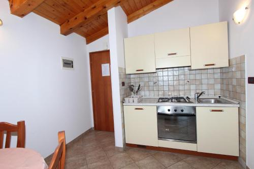 A kitchen or kitchenette at Apartments Villa Mara