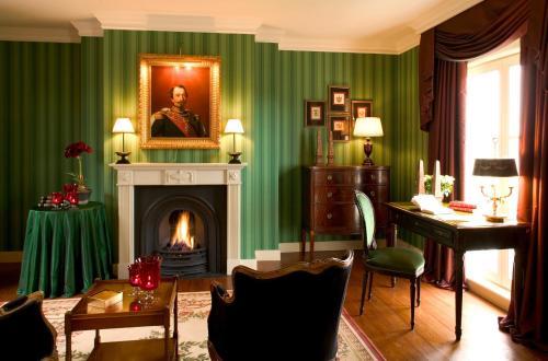 Un restaurante o sitio para comer en Brugsche Suites - Luxury Guesthouse