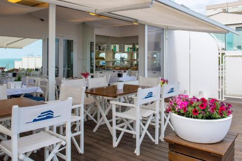 Restaurant ou autre lieu de restauration dans l'établissement Trampolines Suite Hotel