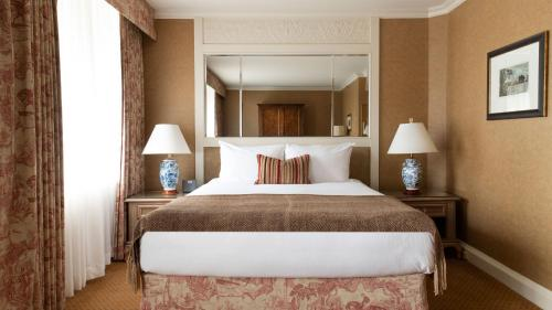 A bed or beds in a room at Wedgewood Hotel & Spa - Relais & Chateaux