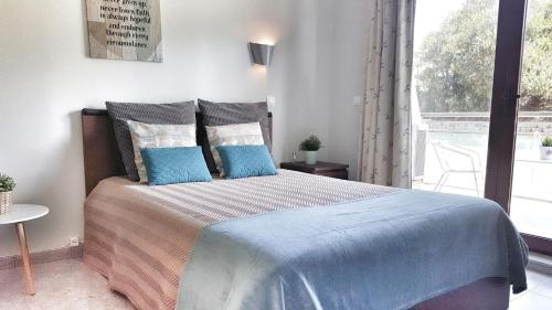 A bed or beds in a room at 4Seasons Ericeira Apartment