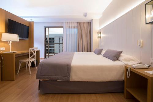 A bed or beds in a room at Estival Torrequebrada
