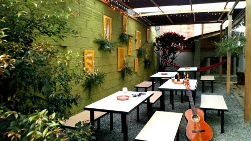 A restaurant or other place to eat at Hostel Macondo Guest House Medellín