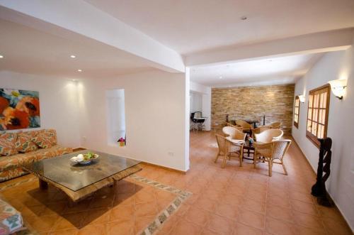 Ein Sitzbereich in der Unterkunft Hotel Club Can Jordi