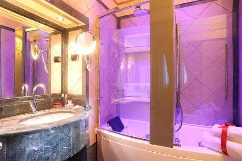 A bathroom at Hotel Manfredi Suite In Rome