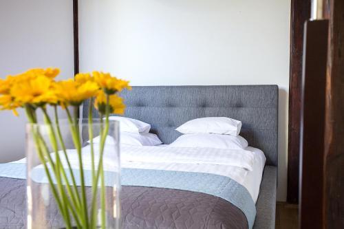 Łóżko lub łóżka w pokoju w obiekcie Apartamenty Długa 27