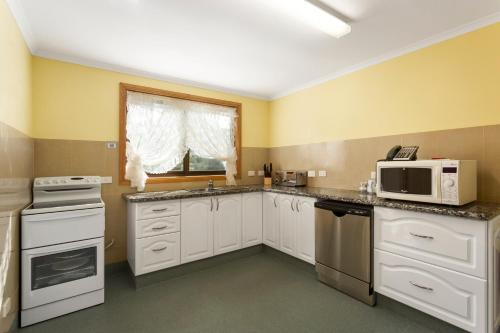 A kitchen or kitchenette at Northeast Restawhile BandB