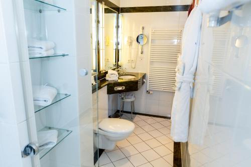 A bathroom at Hotel Kaiserhof