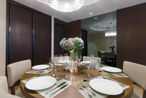 A restaurant or other place to eat at Savills Residence Daxin Shenzhen Bay