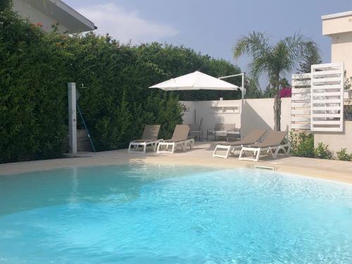 Het zwembad bij of vlak bij Villa Lucy