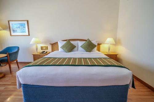 سرير أو أسرّة في غرفة في كراون بلازا أبو ظبي