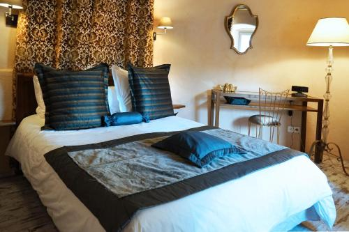 A bed or beds in a room at Le Colombier Saint Véran