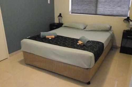 A bed or beds in a room at The Swagmans Rest Apartments