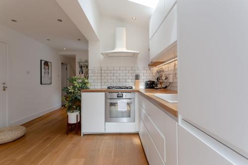 A kitchen or kitchenette at Stylish 2 Bedroom Apartment Stoke Newington