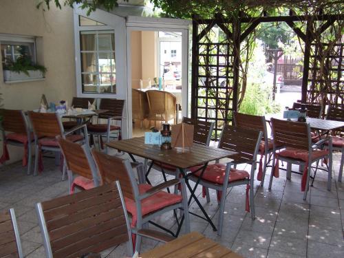 Ein Restaurant oder anderes Speiselokal in der Unterkunft Pension & Café Am Krähenberg
