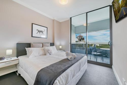 A bed or beds in a room at Modern Apt near ANZ Free WIFI/Netflix/Parking/Wine