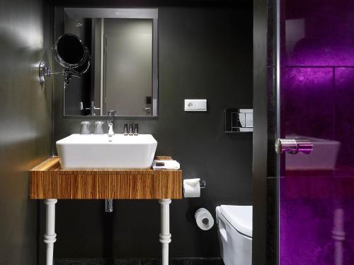חדר רחצה ב-The ICON Hotel & Lounge