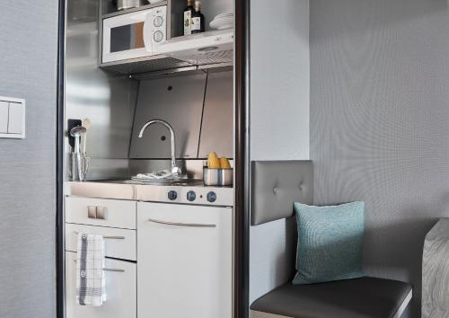 A kitchen or kitchenette at Living Hotel am Deutschen Museum