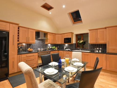 A kitchen or kitchenette at Isfryn