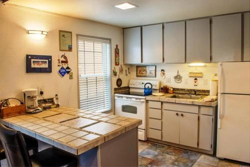 A kitchen or kitchenette at 12 Antelope Lane