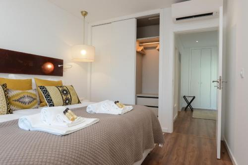 A bed or beds in a room at Estrela Luxury Apartment