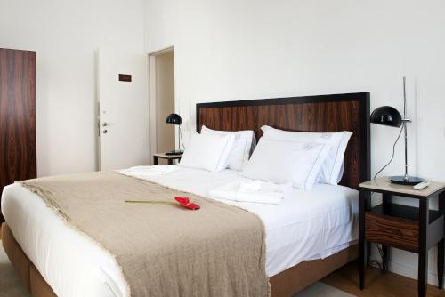 A bed or beds in a room at Lisboa Prata Boutique Hotel