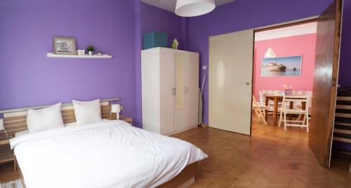 A bed or beds in a room at Gladstone Apartments