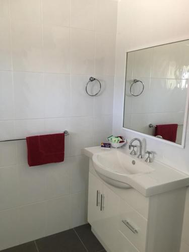 A bathroom at Amble Inn