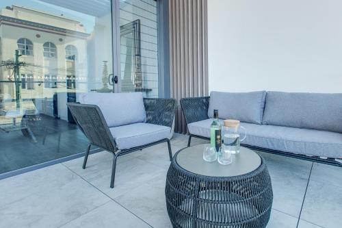 A seating area at Coogee Luxury Apartments