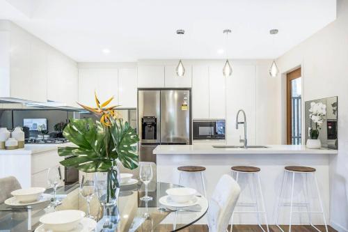A kitchen or kitchenette at Park Avenue Townhouse Retreat Brisbane Sleeps 10