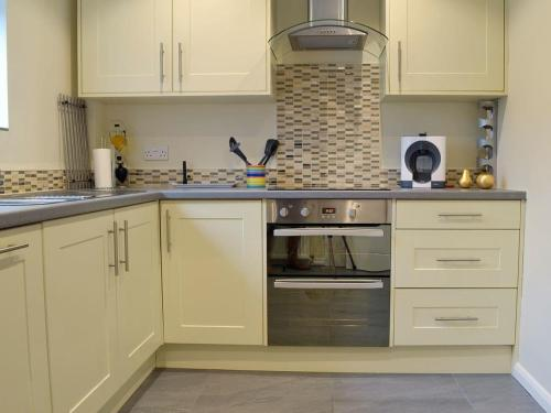 A kitchen or kitchenette at Turnpike Cottage