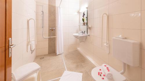 Ein Badezimmer in der Unterkunft Strandhotel Orchidee
