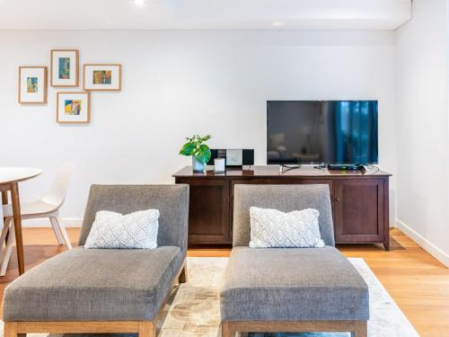 A television and/or entertainment center at Modern apartment with large courtyard and short walk to Bondi Beach