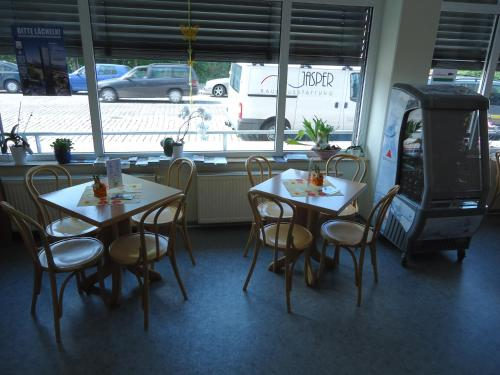 A restaurant or other place to eat at Sleep & Go Hotel Magdeburg