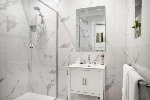 A bathroom at Lake Daylesford Apartment 2